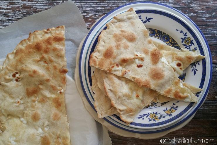 Focaccia col formaggio di Recco In provincia di Genova nasce la focaccia col formaggio più golosa che ci sia.