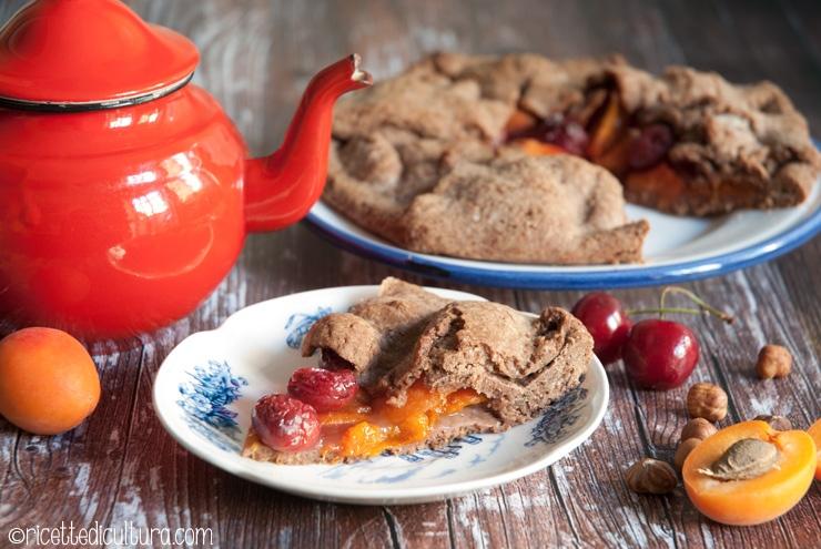 Galette rustica con albicocche e ciliegie Una torta rustica e gustosa, con tanta frutta nel ripieno