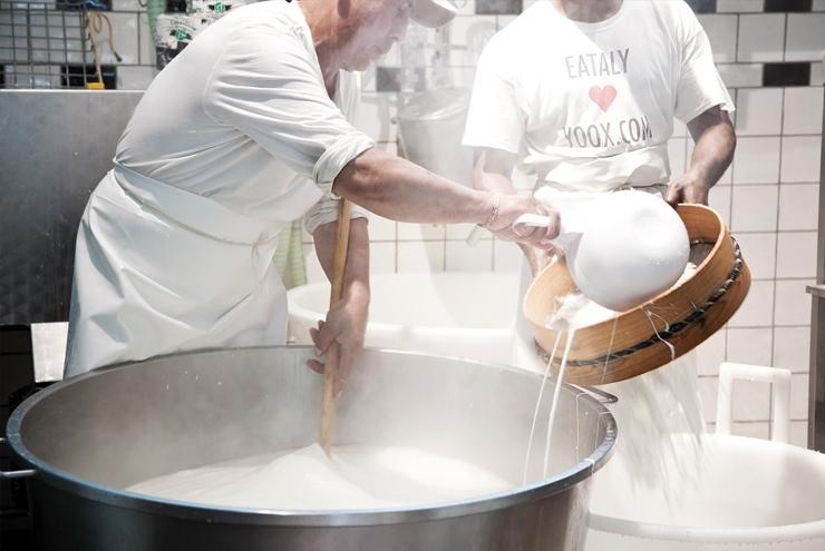 Laboratorio della mozzarella, del Caseificio Miccoli Come nasce una mozzarella: il laboratorio di Eataly