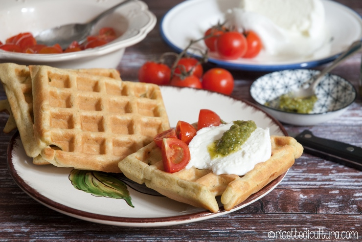 Waffles al pesto Soffici waffles salati, perfetti da abbinare a un'insalata caprese di bufala