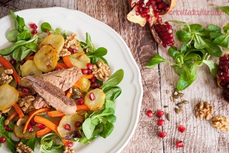 Sgombro in insalata tiepida con noci e melograno Un'insalata ricca e golosa con i sapori dell'autunno e tanto colore