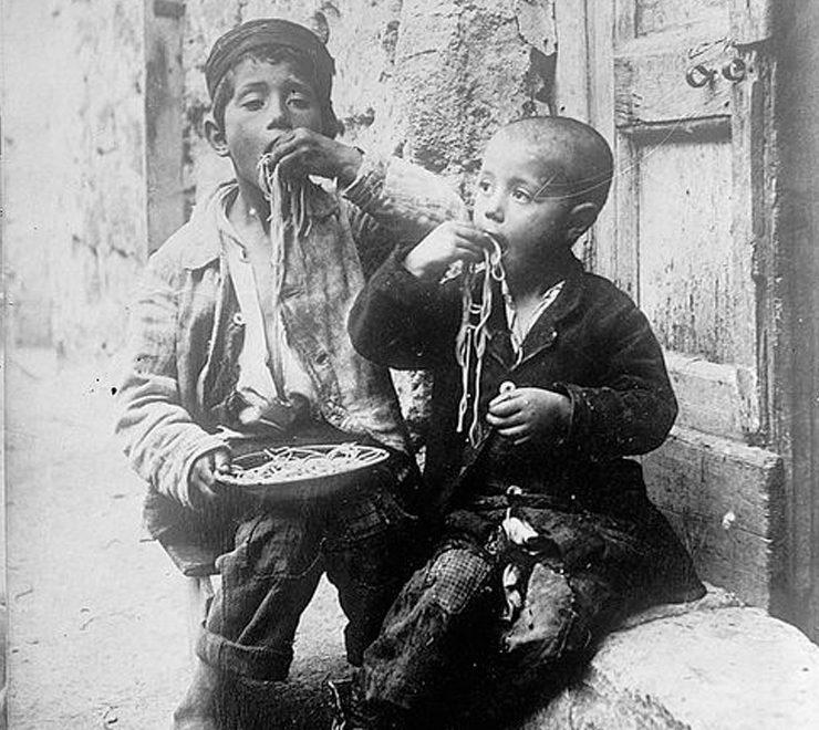 Maccheroni e mangiamaccheroni: come nasce il mito della pasta Nel '700 simbolo del vivere rilassato partenopeo e lazzarone