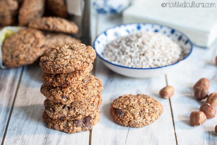 Biscotti vegan con amaranto soffiato e gocce di cioccolato Amaranto, a metà tra un legume e un cereale, per un pieno di salute