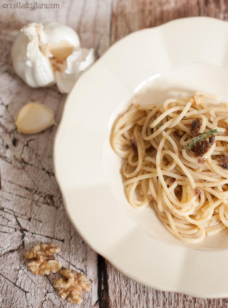 spaghetti-con-noci-e-acciughe