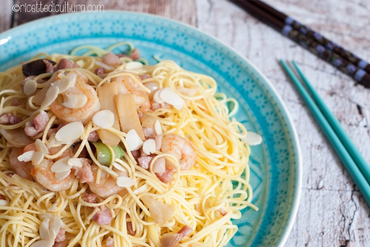 noodles di grano con gamberi e pancetta