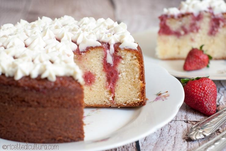 """Poke cake alla fragola Una torta soffice farcita """"in verticale"""""""