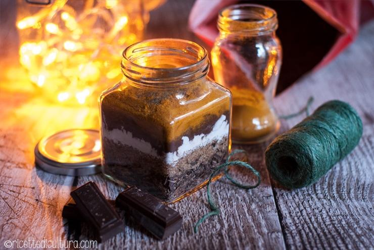Cioccolata d'oro, la cioccolata alla curcuma Preparato per cioccolata calda densa, ma con una sfumatura dorata e un gusto pepato.