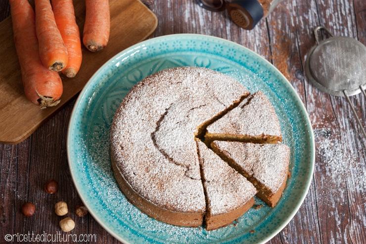 Torta di carote e nocciole Un dolce semplice e profumatissimo, delicatamente umido.