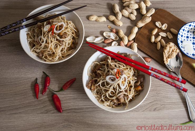 carnosi-maiale-noodles-arachidi
