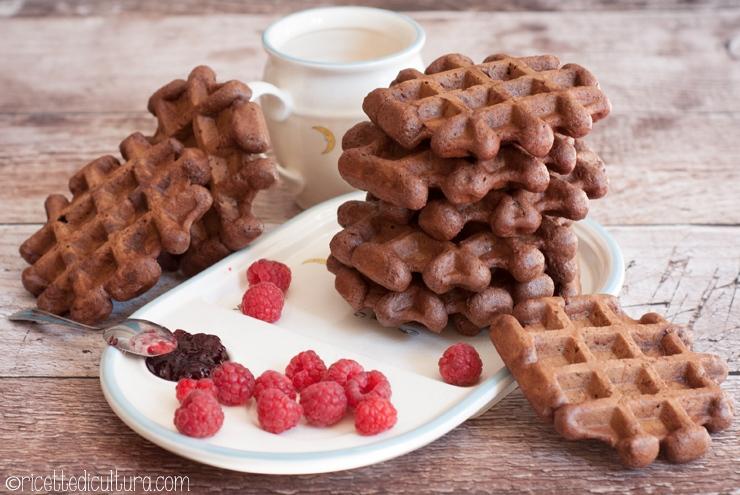 Waffles vegani al cacao Per una colazione leggera senza uova e senza latte