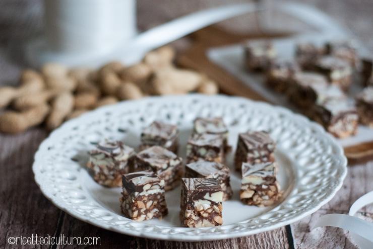 Cubetti ai tre cioccolati e arachidi Golosi cioccolatini alle arachidi da regalare o da regalarsi