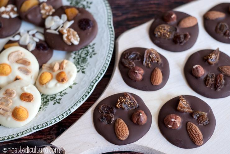 Mendiants, il cioccolato incontra la frutta secca Il modo più semplice per fare dei cioccolatini