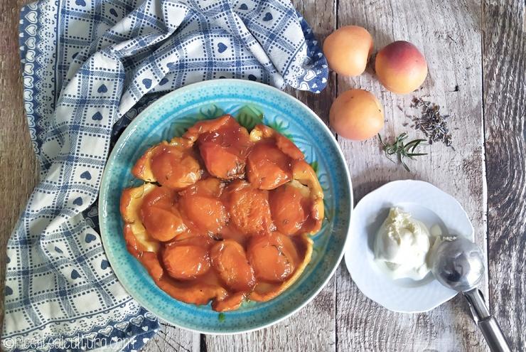Tarte Tatin di albicocche al rosmarino e lavanda La celebre torta rovesciata profuma d'estate